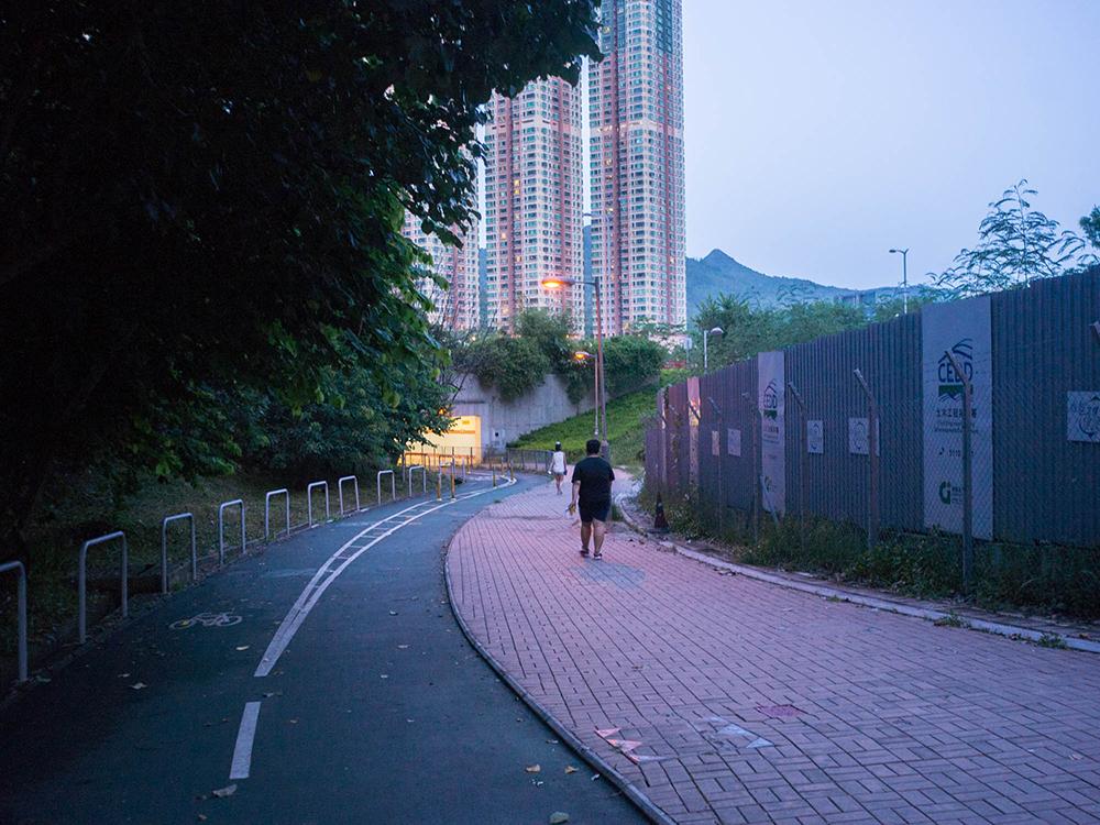 当你每晚走过海滨公园的长廊时,可曾驻足欣赏对岸灯火通明的城市夜色?